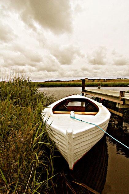 einsames Boot in Sondervig