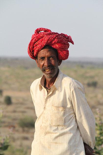 diese Mann lebt in der Wüste
