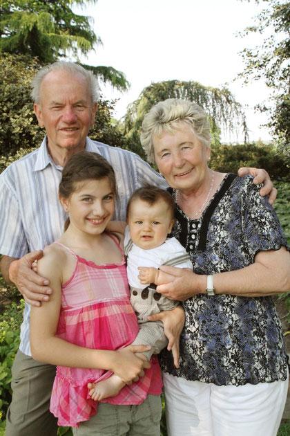 Oma und Opa mit Enkelkinder