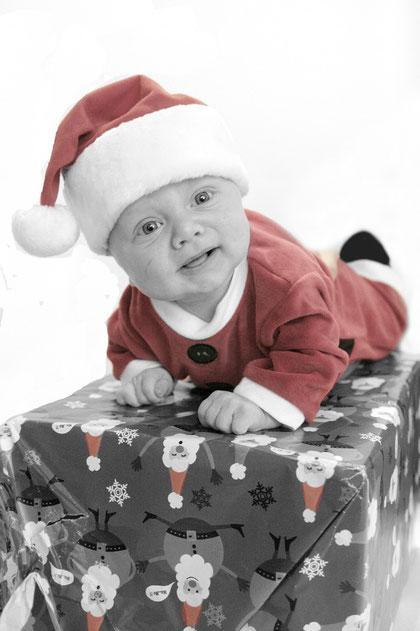 Weihnachtsmann auf dem Geschenk