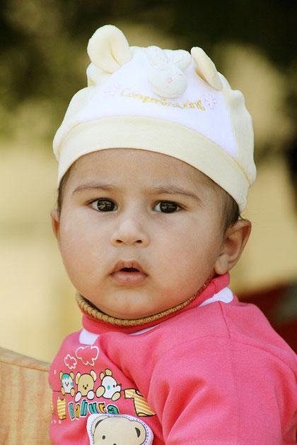 Kleines Kind mit Mütze