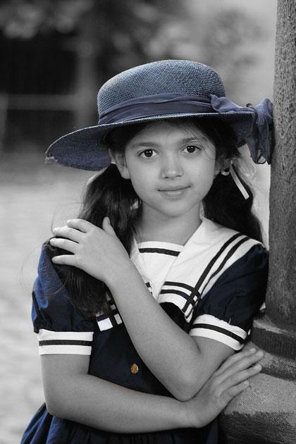 Lenia mit blauem Hut
