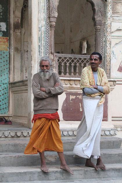 Zwei Männer im Tempel