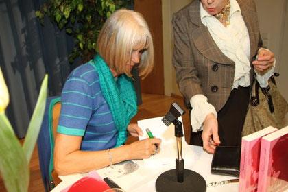 """Beim Signieren meines Buches """"Gefühle warten nicht"""""""
