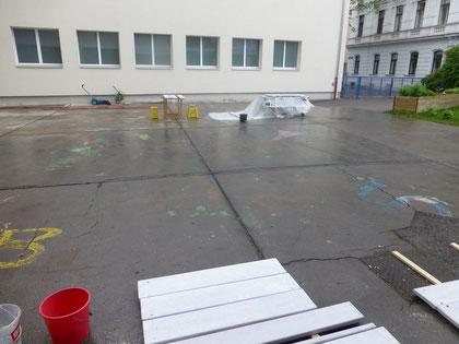 Als wir mit der 4B beginnen wollten zu bemalen, begann es wieder zu regnen.