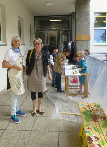 Barbara und Susanne freuen sich über das gelungene Projekt.