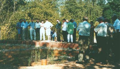 Umweltminister Heiko Maas (3. von links), bei der Besichtigung der Pflanzenkläranlage