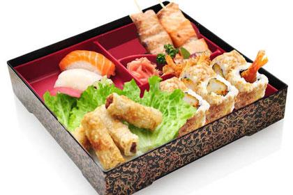 Bento 3 compartiments : sashimi, tempura de crevette et nems, accompagné d'un bol de riz