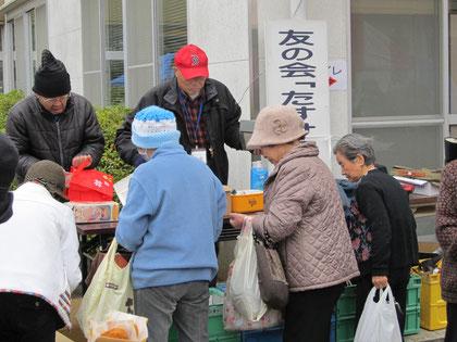 ▲ふれあいまつり2012のバザーで奮闘する協力会員 【2012年12月】