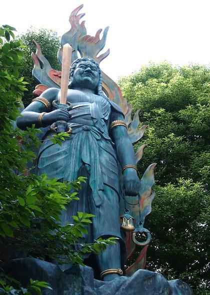 7月22日(2015)不動明王像:三鷹市の井口院(いこういん)にある青銅づくりの像。下の大師堂も合わせて全長11mほどもある大きな像。井口院は、関東88か所や多摩88か所の霊場にもなっているお寺で、境内には多様な像が林立している