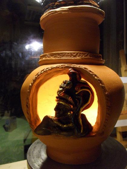 Pirofila rossa decorata con smalti , lustri e oro zecchino. Può diventare anche un suggestivo brucia essenze con candele