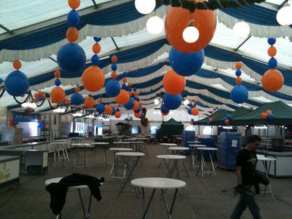 Jeder der Großballons hat einen Durchmesser von ca. 150 cm. Galadekoration für das Bläck Föös Konzert anläßlich des Raiffeisenbankjubiläums.