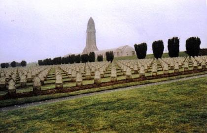 Vordergrund die Gräber moslemischer Gefallener - die Grabsteine sind nach Osten ausgerichtet Aufnahme von 1988