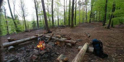 Übernachtung am Lagerfeuer im Wald