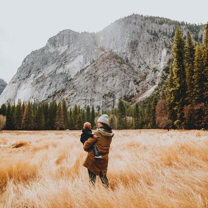 Wandern mit Kind, Reisen mit Baby, welche Babytrage eignet sich für Wanderungen, Familie in der Natur.
