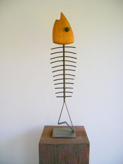 """""""GRÄTENFISCH MIT HOLZKOPF"""" senkrecht (Material: Eisen, Olivenholz, Höhe:0,83m, Breite:0,18m, Tiefe:0,19m, Preis:190€)"""