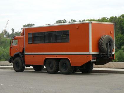 Кузов разделен на два отсека. Первый - 22-местный пассажирский с комфортабельными креслами, багажными полками и DVD-проигрывателем. Второй - бытовой, с кухонным блоком, душевой кабиной и биотуалетом.