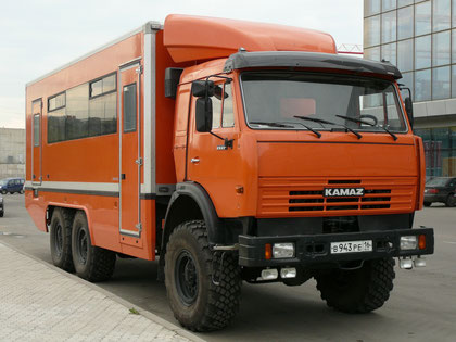 """Вахтовый автобус """"мод. 4240"""" представляет собой довольно элегантный кузов из сэндвич-панелей со вклеенными окнами, смонтированый на полноприводном шасси КАМАЗ-43118. Судя по VIN-табличке, машина была собрана 29.12.2006, а допущена к движению только в 2008"""
