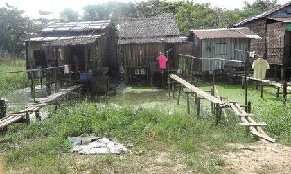 Environnement autour du monastère : huttes de réfugiés construites sur de l'eau insalubre hautement toxique.
