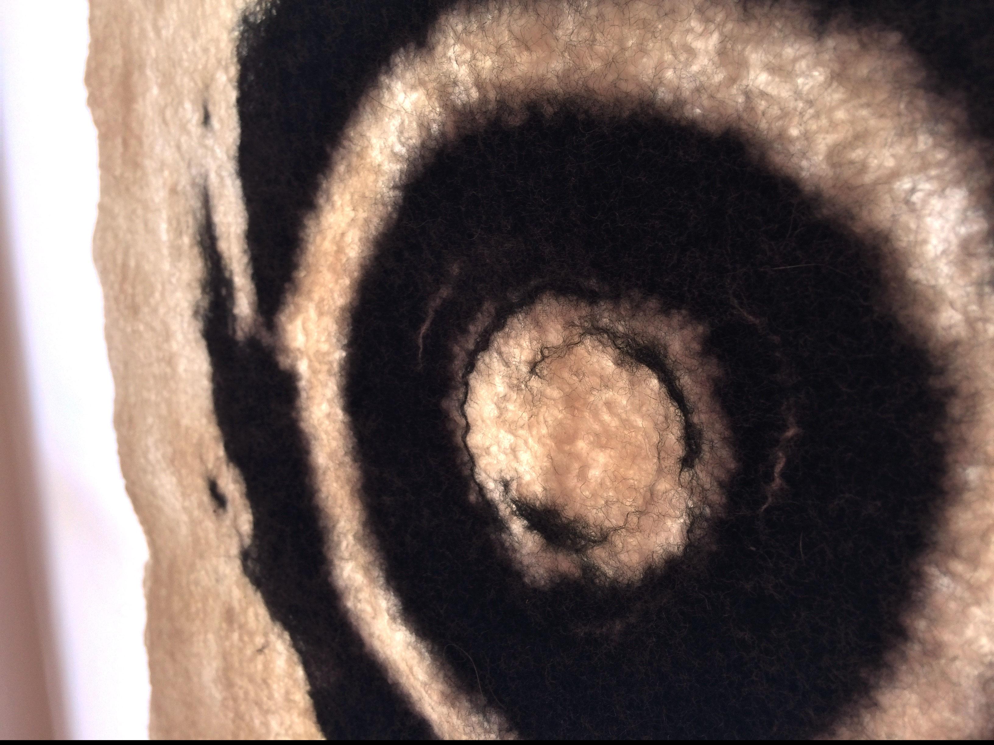 Für Jean: Handgefilzte Spirale aus Merinowolle von Beate Lambrecht. Foto: Manfred Etten