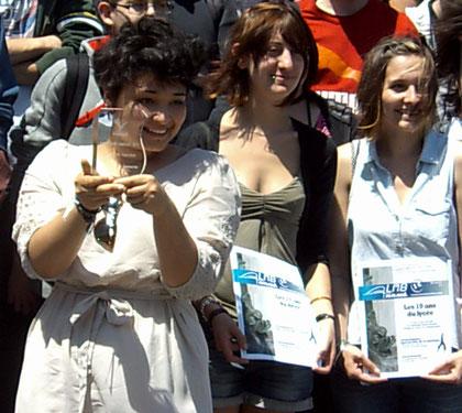 Amandine JEANTON, Mélany DUTHEIL et Florine MOREAU (Terminale CIG, imprimerie), membres du comité de rédaction du LMBnews, le journal des lycéens de Maryse Bastié de Limoges, reçoivent le 1er juin 2012 le premier prix académique du Concours Varenne.