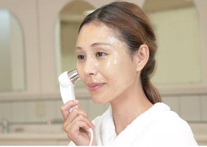 クロロフイルオリジナル導入液をエレクトロポレーション美顔器を使って肌の内部に送り込むお手入れ。気になる部分をご自身でアンチエイジングのお手入れができます。肌のツヤ、たるみ、リフトアップ、シミ、クスミ、ニキビ。ニキビケア化粧品クロロフイル。ニキビ、ニキビ跡、お肌の弱い方、肌アレ、シミ、シワでお悩みの方に好評。