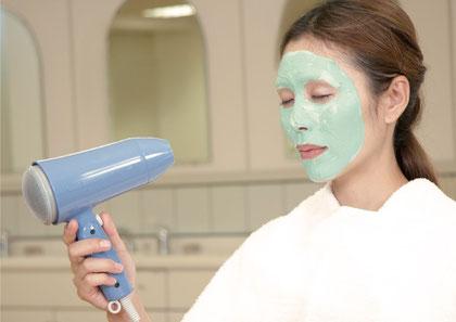 お肌の引き締め、お肌をなめらかに、余分な皮脂や汚れの吸着、シミソバカスを防ぐ。お顔の他に腕、首にもおすすめ。美顔教室の美顔器具は使用料無料。毛穴の汚れを吸着、脂性肌の方にもおすすめ。ニキビケア化粧品クロロフイル。ニキビ、ニキビ跡、お肌の弱い方、肌アレ、シミ、シワでお悩みの方に好評。