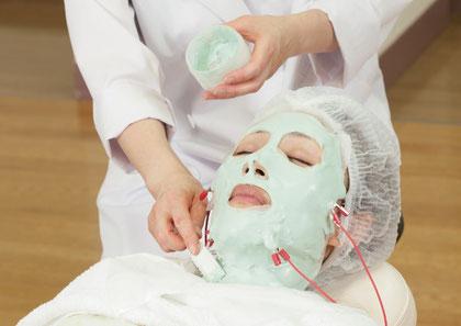 ビタミンCをお肌の奥深くまで浸透させることで、ハリと透明感を与える効果が期待できます。美白、シワ、たるみ、タルミ、ニキビ改善、にきび改善、脂腺の働きを抑制、シミ、くすみ、赤ら顔、毛穴を引き締めハリを与える効果が期待できます。ニキビケア化粧品クロロフイル。ニキビ、ニキビ跡、お肌の弱い方、肌アレ、シミ、シワでお悩みの方に好評。