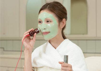 ヒフに微弱な電流を流し、イオン化したビタミンCをお肌の奥深くまで浸透させることで、ハリと透明感を与える効果が期待できます。美白、シワ、たるみ、タルミ、ニキビ改善、にきび改善、脂腺の働きを抑制、シミ、くすみ、赤ら顔、毛穴を引き締めハリを与える効果が期待できます。ニキビケア化粧品クロロフイル。ニキビ、ニキビ跡、お肌の弱い方、肌アレ、シミ、シワでお悩みの方に好評。