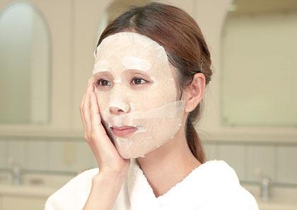 密着浸透療法を応用し、美容液が持つ高い効果を大幅にアップさせることが期待できます。保湿、毛穴引き締め。ポイントケア、ネックケア用もあります。ニキビケア化粧品クロロフイル。ニキビ、ニキビ跡、お肌の弱い方、肌アレ、シミ、シワでお悩みの方に好評。