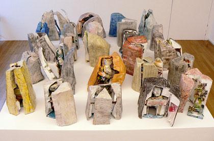 """Thomas Virnich """"Katakomben, verborgen"""", 1990-2012, Modelle zu den Fliegenden Katakomben, 25 Elemente bestehend aus je 1 Modell der Fliegenden Katakomben und 2-4 Hüllenteilen, Pappmaché, Leinen, Seide, Draht, farbig gefasst, auf Sockel: 115x180x160cm"""