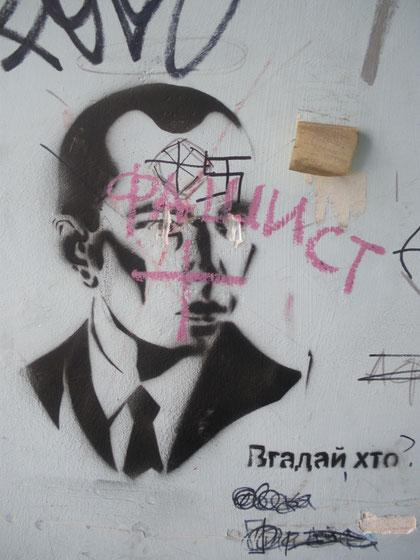 """Ein Graffiti in der Kiewer Innenstadt zeigt Stepan Bandera. Jemand hat """"Faschist"""" darauf geschrieben."""