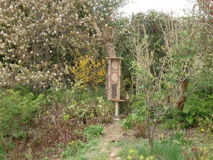 schmales Insektenhotel an einem abgestorbenen Baum in 51427 Berg. Gladbach