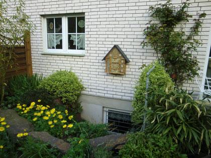 mittelgroßes Insektenhotel in Bergisch Gladbach - Hand / Ausrichtung nach Süd-Ost