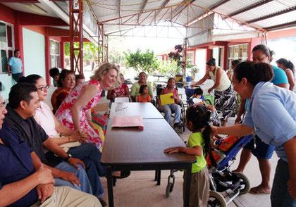 Auf dem Schulhof trifft sich der Vorstand mit den Lehrenden, Familien und Kindern