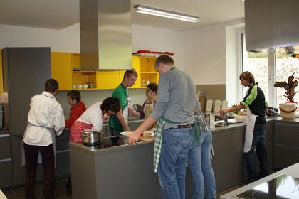 Gemeinsames Kochen in der Schulküche