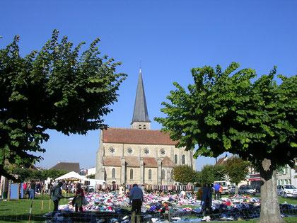 Sur la place de Villeneuve le Comte, avril 2010