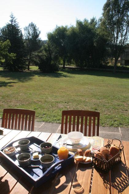 朝食はテラスでマダムの手作りのコンフィチュールをいただけます