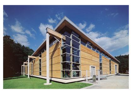 Holztrag- und Fassadenkonstruktion mit grossflächigen Fensterbändern; ausgezeichnet mit dem DGNB-Zertifikat in Gold: Industriegebäude NiroSan Multifit GmbH & Co. KG, Großharthau-Schmiedefeld | Fotograf: Clemens Ortmeier