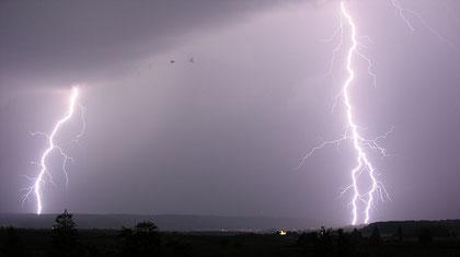 Le tonnerre est le bruit fait par la foudre en tombant. Lorsque cette décharge électrique traverse le ciel, elle réchauffe l'air qui se dilate brusquement. Le tonnerre est retrouvé dans plusieurs récits de la Bible.