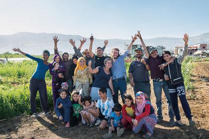 """Mitglieder der Gruppe """"Juzurna Buzurna"""" im Libanon. Dieser Schulbetrieb liefert Saatgut für die zivilen Opfer des Bürgerkriegs im Syrienkrieg. Der Saatgut-Freundes-Kreis unterstützt diese Initiative"""