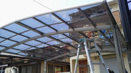 新品のポリカーボネート製屋根が輝いています。