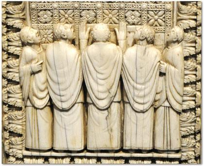 Chantres sur la plaque d'ivoire du musée de Francfort