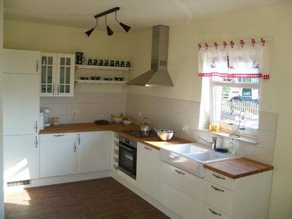 Küche mit Echtholzarbeitsplatte aus Eiche, Induktionsherd, Spülmaschine, Kühl- und Gefrierschrank usw.