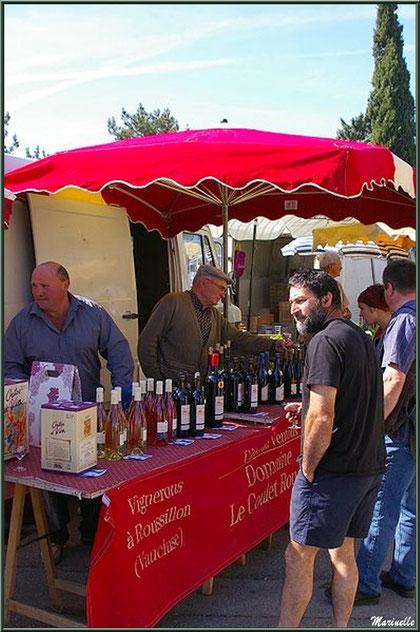 Marché de Provence un vendredi matin à Lourmarin, Lubéron (84), étal viticulteur