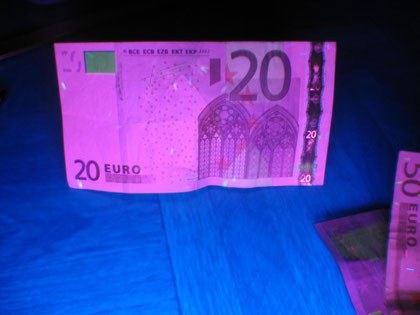 Geldschein im UV-Licht