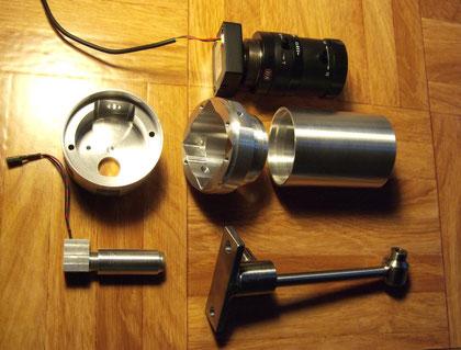Kameragehäuse, Einzelteile noch unlackiert. Halter aus Edelstahl. Infrarot-Strahler mit nur einer LED und verstellbarem Lichtkegel (vorne links)