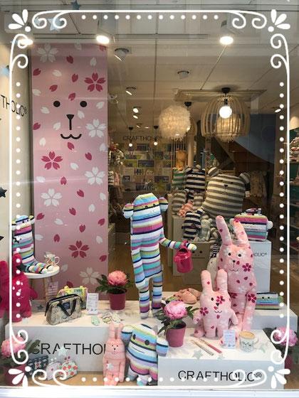 La vitrine de Craftholic Nantes aux couleurs du printemps