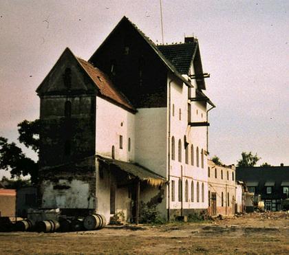 denkmalgeschützte Gebäude einschließlich Gesindehaus mit Wacholderbrennerei nach Abriss der Nebengebäude im Juli 1996