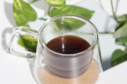「夢を持てば必ずかなう」と英語で書かれた手帳とリングノート。ボールペンとバインダーファイル。パソコンのキーボード。